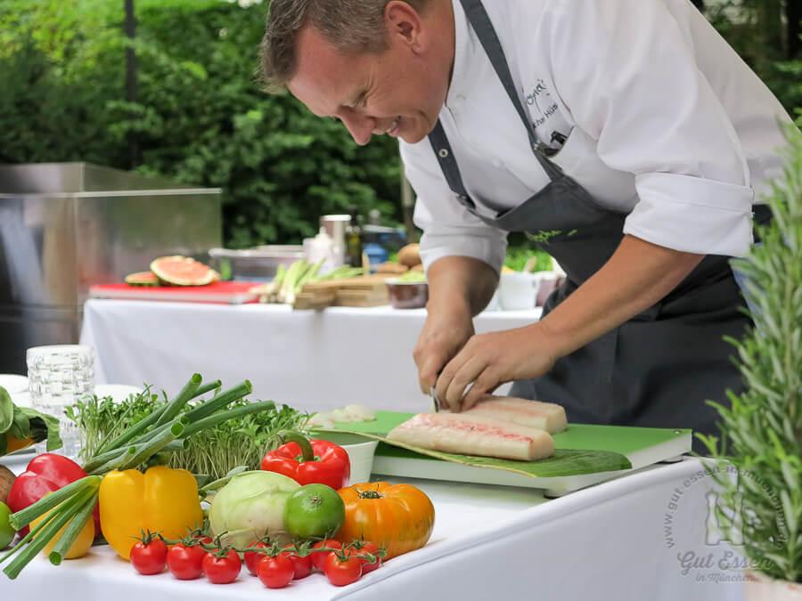 Küchendirektor Michael Hüsken bereitet den Kingfisch vor