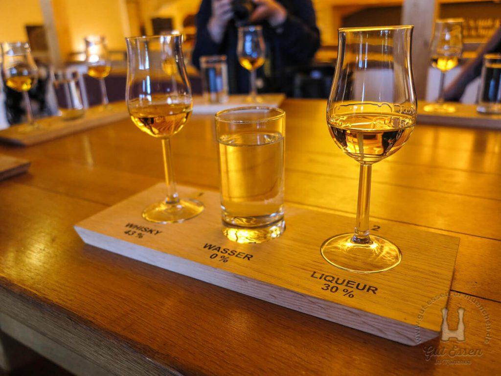 Nach dem Besichtigungrundgang wartet ein Slyrs Whisky, ein Wasser und ein Slyrs Likör