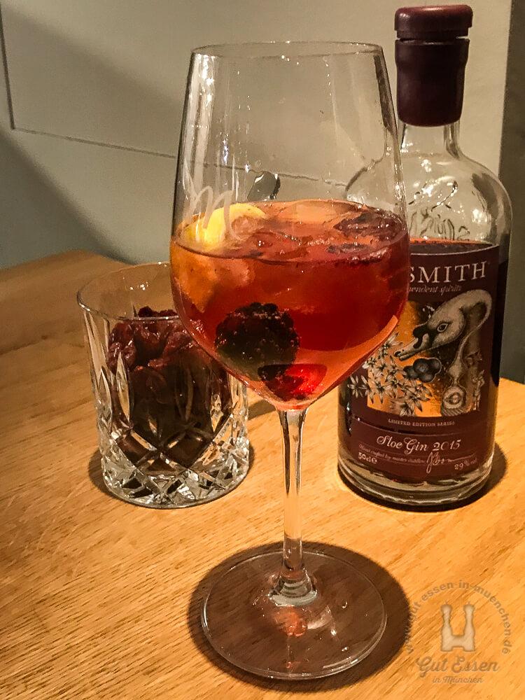 Slipsmith Sloe-Gin mit Wildberry-Tonic, Zitrone und Brombeere