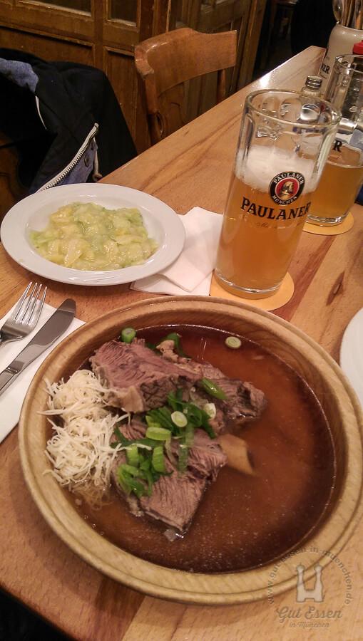 Gesottenes Beinfleisch mit frisch geriebenem Kren und Gurken-Kartoffelsalat