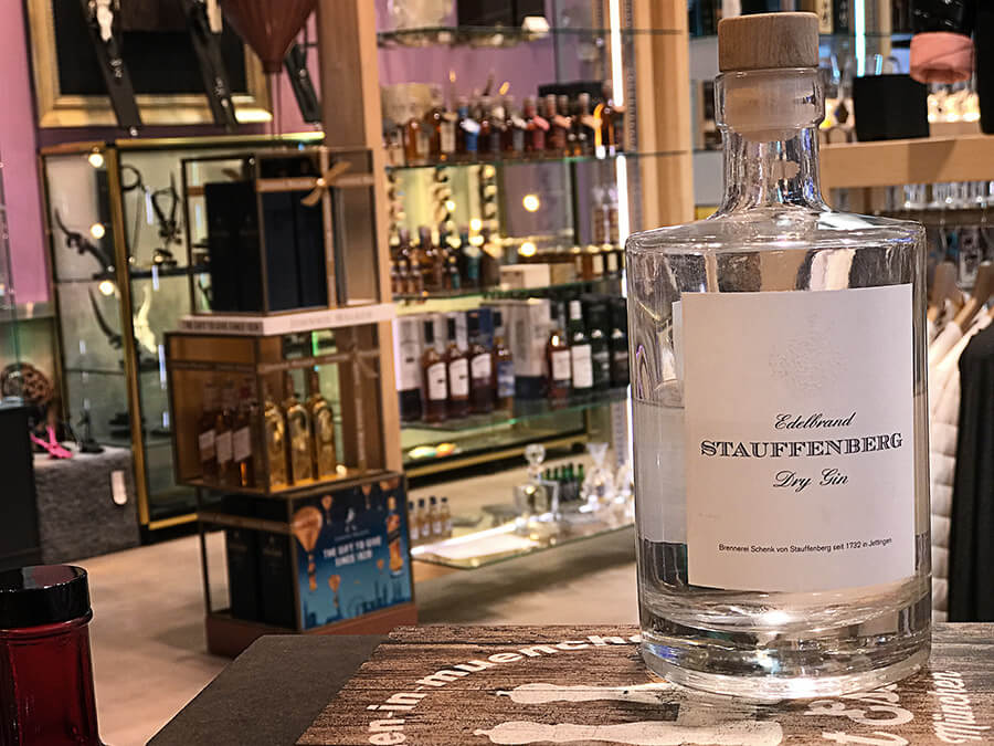 Der Stauffenberg Dry Gin ist eine richtige Wacholderbombe, den man auch sehr gut pur genießen kann.