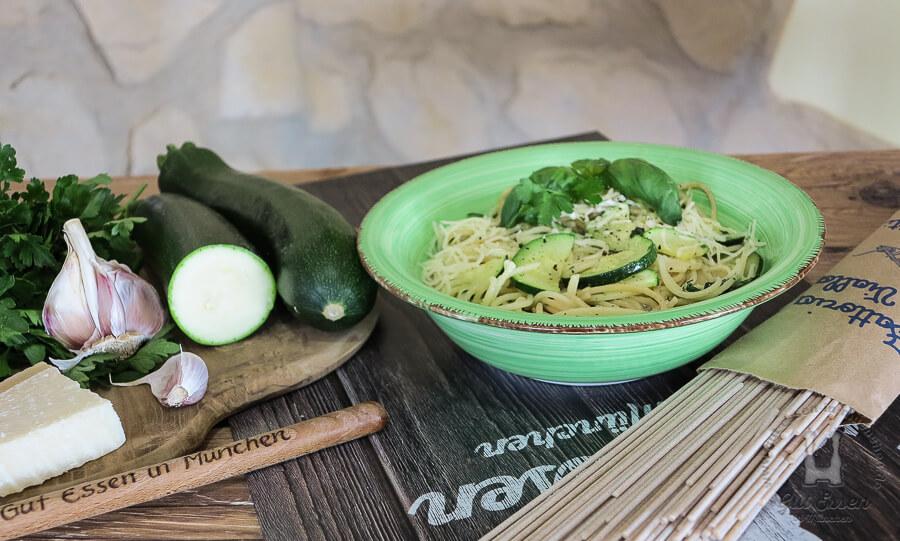 Spaghetti mit Zucchini mit Butter, Knoblauch und Geflügelfond