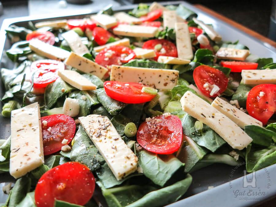 Gemüse auf dem leicht eingeölten Blech verteilen, würzen...