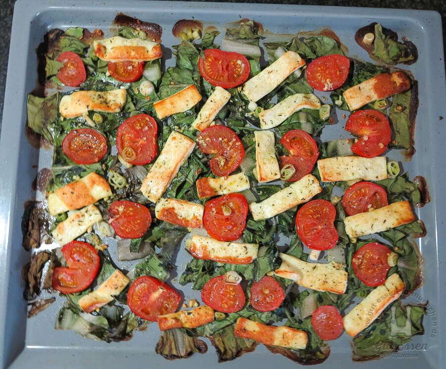 Grillkäse mit Mangold-Tomaten-Gemüse