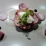 Tartar von roter Beete und geräuchertem Saibling mit Meerretticheis