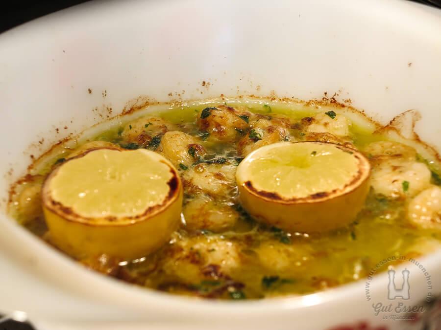 Die Garnelen kommen mit zwei Zitronenhälften für 7 Minuten in den Ofen