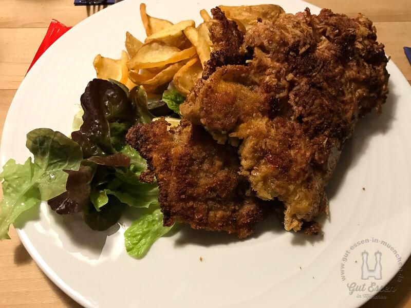 Almschnitzel mit Bergkas-Speck-Gewürzbrotpanade mit Pommes (15,90 Euro)