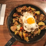 Gansgröstl mit Knödel und Kartoffel-Zwiebeln und Spiegelei (10,90 Euro)