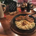 Schwäbische Grillpfanne mit Schweinelendchen, Käsespätzle und Schwammerlsauce (16,80 Euro)