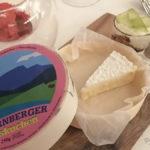 Starnberger Käsekuchen, witzig präsentiert in einer Camembert-Holzschachtel