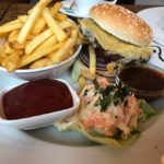 Cheeseburger mit Pommes 9,70€)