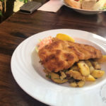 Münchener Schnitzel mit Meerrettich-Senfpanade und Bratkartoffeln (11,80 Euro)