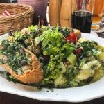 Steirischen Backhendlsalat (13,80 Euro) mit gebackenen (Bio-)Hühnerstücken auf Blattsalat, Kartoffelsalat und Kernöl
