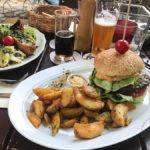 Der Steirer Bua Burger mit Kartoffelecken für 14,60 Euro