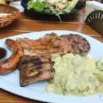 Grillteller mit Kartoffelsalat